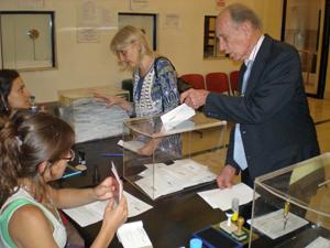 Foto de archivo de unos emigrantes españoles depositando su voto en urna en el Consulado de Buenos Aires.