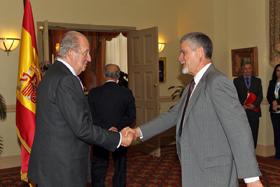 Don Juan Carlos recibe el saludo de Juan Antonio Luz López, presidente del Sanatorio Nuestra Señora del Pilar de la Asociación Española de Beneficencia en Guatemala.