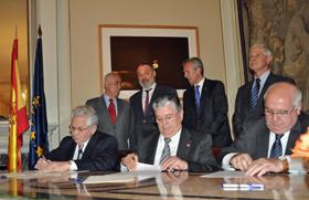 Firma del acuerdo entre las mutuas La Española, Casa de Galicia y el Hogar Español.