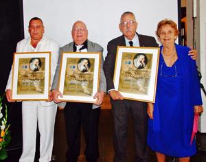 Los premiados Enrique Vigistaín Ravelo; Nelson Fernández Arias y Manuel Barros del Valle y María A. Marcos Alonso.