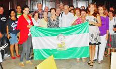 En el centro Manuel Vallejo y Miriam Castro, y en los extremos las jóvenes Nahyr Nacer y Darlene Gamboa junto con otros participantes.