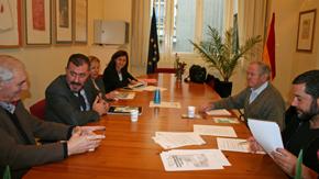 Ignacio Niño, segundo por la izquierda, y José María Oliver, segundo por la derecha, durante la reunión.