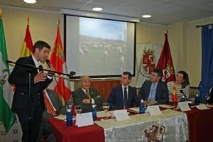 En el centro José Manuel Herrero, a su izquierda el presidente de la Casa de León en Sevilla, José Colinas, y a su derecha el presidente de la Diputación de León, Juan Martínez Majo, en el acto de apertura de los 'Días de León en Sevilla'.