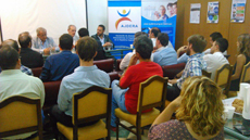 Los jóvenes españoles siguieron con atención el acto de presentación del programa.