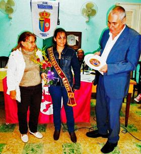 Talía Rodríguez Fernández recibió de manos del presidente de la Colonia Leonesa de Cuba, Raúl Parrado Iglesias, la banda y los atributos que la distinguen como Señorita León 2015.