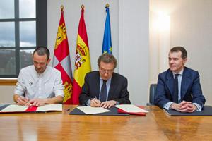 Javier Casado, de la Fundación +34, el consejero José Antonio de Santiago-Juárez y el secretario general de la Presidencia, José Manuel Herrero Mendoza.
