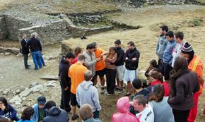 El secretario da Emigración con jóvenes participantes en la edición de 2015 del programa 'Conecta con Galicia'.