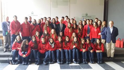 El secretario general de Acción Exterior, Ángel Luis Sánchez Muñoz, con los jóvenes del Estadio Español.