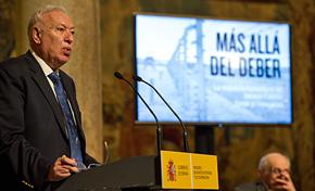 El ministro José Manuel García-Margallo presentó el libro 'Más allá del deber'.