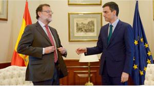 Pedro Sánchez tiende la mano a Mariano Rajoy, en la reunión que mantuvieron.