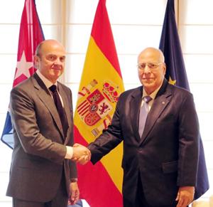 El ministro de Economía del Gobierno de España, Luis de Guindos, saluda al vicepresidente del Consejo de Ministros de Cuba, Ricardo Cabrisas.
