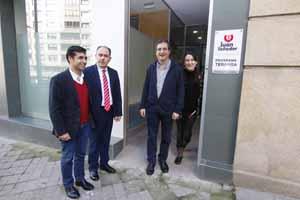 El conselleiro José Manuel Rey Varela (izq.) asistió a la inauguración de las nuevas instalaciones de la Fundación Juan Soñador.