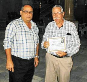 El presidente de 'Unión de Baleira', Julio Gallo, le entregó el Reconocimiento a Manuel Barros.