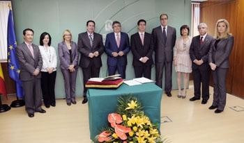 Rosario Ayala, a la derecha, junto al consejero de Gobernación y el resto de los nuevos directores generales.