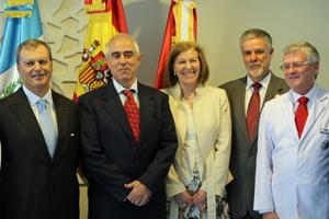 Miras Portugal, segundo derecha, con directivos de la Asociación Española de Beneficencia y del Sanatorio Virgen del Pilar de Guatemala.