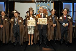Valentín García con el diploma que acredita su ingreso en la Orde da Vieira.