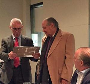 Miras Portugal recibió un obsequio de manos del presidente del CRE, Jaro Paz.