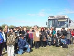 La comitiva del Centro Andaluz que visitó los olivos.