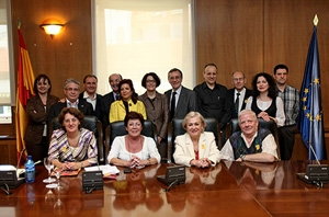 Los miembros de la Comisión con la secretaria de Estado de Inmigración y Emigración, Anna Terrón.