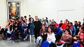 Arantxa Fernández y Carlos Tejo rodeados por alumnos de la Facultad de Artes y Letras de la Universidad de La Habana.
