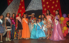 Las niñas participantes en el escenario.