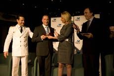 La presidenta de la Autoridad Portuaria con representantes de la naviera.
