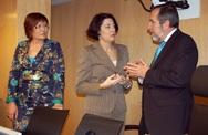 Anna Terrón dialoga con el presidente de la Comisión, Juan Barranco.