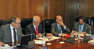 Eduardo Dizy, Aurelio Miras Portugal y los representantes de Asuntos Exteriores durante la reunión de la Comisión Permanente.