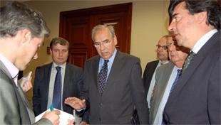 El presidente de la Subcomisión charla con otros miembros del órgano.