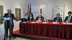 Intervención de Julio Lage y detrás Flor Gómez, Carlos Conde, José Antonio Fernández Ramos y Alejandro Segura.