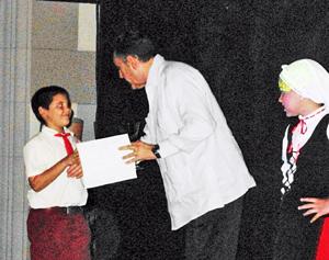 El consejero Ignacio Badenas entrega el Diploma a uno de los ganadores.