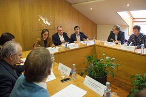 Los conselleiros Ethel Vázquez y José Manuel Rey (fondo), en la reunión con la Fegamp.