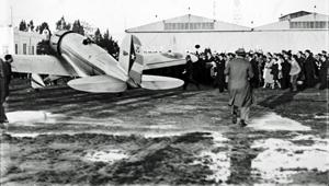 Fotografía de la llegada del piloto Antonio Menéndez y Peláez al aeropuerto sevillano de Tablada.