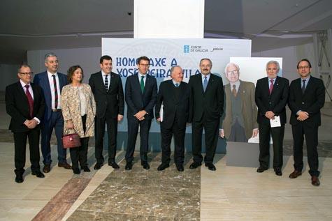 El presidente de la Xunta, Alberto Núñez Feijóo, posa con el resto de autoridades asistentes al acto de homenaje al escritor Xosé Neira Vilas.