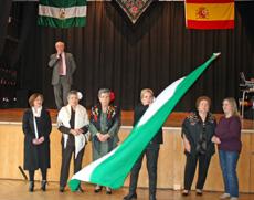 Ondeando la bandera andaluza y al fondo el presidente de la entidad, Manuel Navarro.