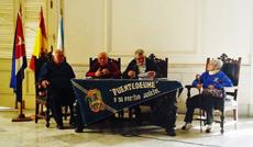 Mesa presidencial de la asamblea.