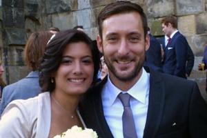 Jennifer García junto a su marido, Lars Waetzmann, que la acompañaba en la terminal y resultó herido. (Foto de Twitter)