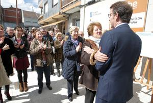 El presidente de la Xunta, Alberto Núñez Feijóo, recibe el cariño de los vecinos durante su visita a Antas de Ullas (Lugo).