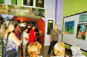 Maria C. Rumbaut habló sobre la técnica en los tapices durante la inauguración de la exposición 'Homenaje a la Mujer'.