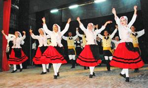 Actuación del conjunto de la Escuela de Baile de 'Rosalía de Castro'.