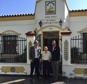 Pavón, a la derecha, es recibido por los directivos del Centro Andaluz de Mendoza.