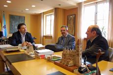 Miranda con Juan José Flores (a su izquierda) y otro directivo de la Casa Cultural de Galicia de Eibar.
