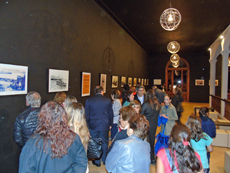 Vista de los asistentes a la inauguración de la muestra.