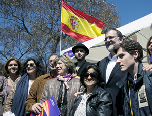 Mariano Rajoy posa con un grupo de miembros de Societat Civil Catalana en Barcelona.