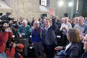 Alberto Núñez Feijóo, presidente de la Xunta, recibe el aplauso de los dirigentes del PPdeG tras anunciar que se presenta a la relección.