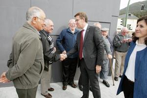 El presidente de la Xunta, Alberto Núñez Feijóo, saluda a unos vecinos durante su visita del pasado 8 de abril al nuevo Centro de Salud de Oia (Pontevedra).