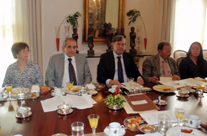 La secretaria general y el presidente del Comité Ejecutivo de la FES, Josefina Benítez y Francisco González Otero, el embajador Antonio Pérez-Hernández y el consejero de Empleo y Seguridad Social, Juan Santana, durante la reunión.