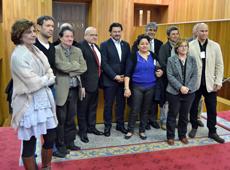 En el centro el cónsul cubano José Antonio Solana y a su izquierda el secretario da Emigración, Antonio Rodríguez Miranda, junto a diputados tras la aprobación de la declaración.