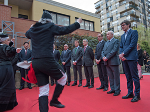 Las autoridades fueron recibidas con un baile gallego.