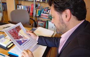 Rodríguez Miranda viendo el cartel de la exposición.